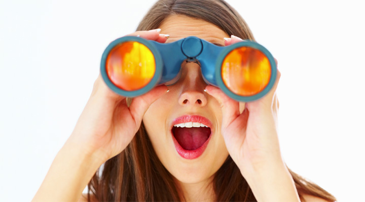 双眼鏡を覗く女性