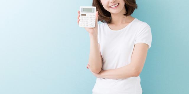 電卓でお金計算する女性