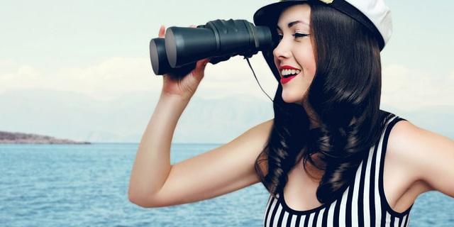 望遠鏡を見る女性