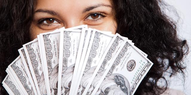現金を持っている女性