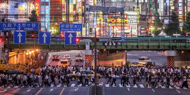 人が多い新宿の風景
